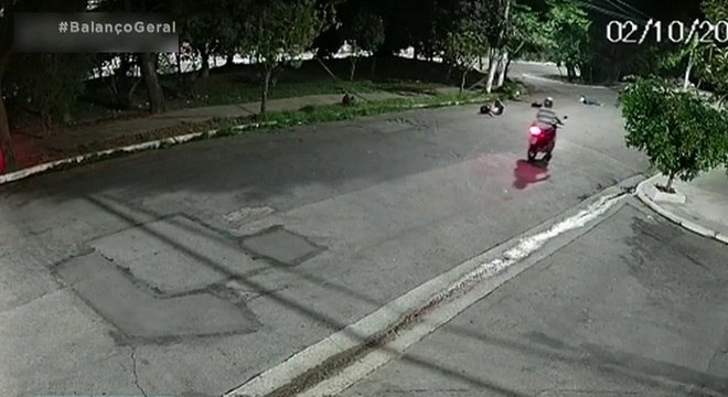 As duas jovens caídas depois do acidente, no canto direito da imagem
