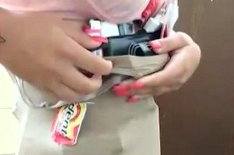 Mulher usava um macacão para esconder os itens