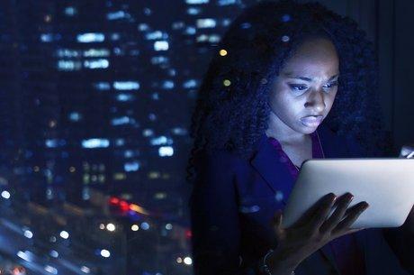 A luz emitida pelos equipamentos eletrônicos faz bastante mal à pele