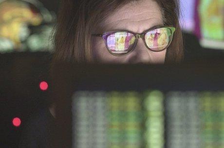 Usar aparelhos eletrônicos diminui o piscar dos olhos, o que prejudica sua lubrificação