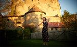 Yulia é uma fotógrafa apaixonada por gatos que morava em um castelo medieval de 600 metros quadrados na Alemanha,construído em 1482 e reformado em 1972