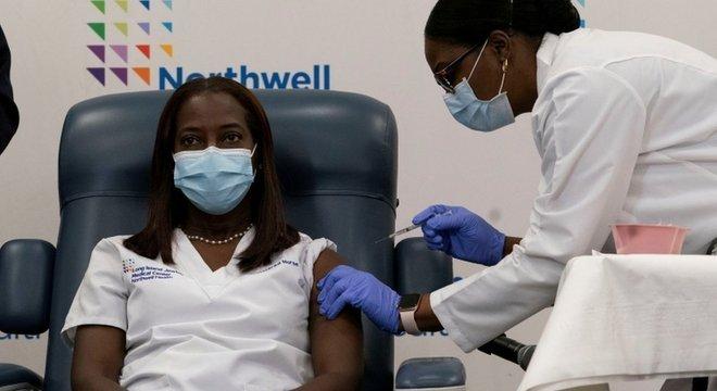 A enfermeira Sandra Lindsay foi a primeira a receber vacina nos EUA