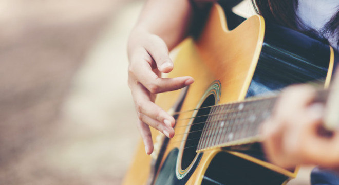"""""""Tocar violão"""" foi a principal habilidade que os brasileiros tentaram aprender"""