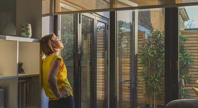 Especialistas orientam que atividades como tomar sol são fundamentais e não podem ser ignoradas em meio ao isolamento social