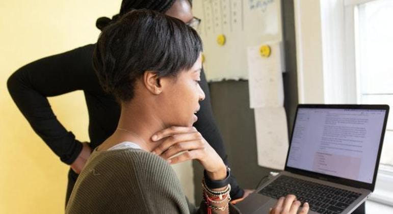 Programa dá oportunidade de emprego na área de TI para jovens de baixa renda