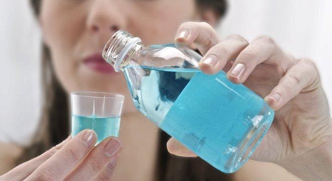 Cientistas de Cardiff dizem que uso de enxaguante bucal pode se tornar parte da rotina diária para prevenir o coronavírus