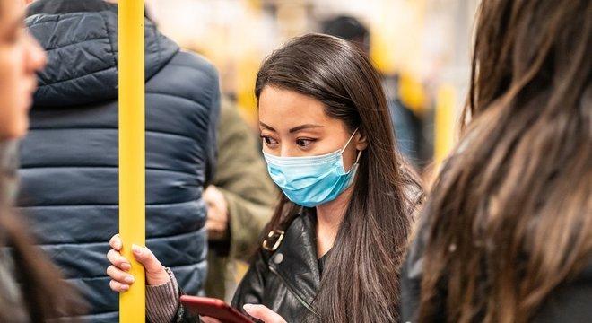 Os especialistas recomendam o uso de máscaras mesmo que uma pessoa não tenha sintomas