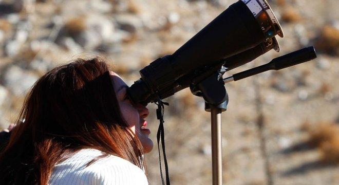 Recomenda-se o uso de telescópios com filtros especiais, entre outros objetos, para observar o eclipse com segurança.