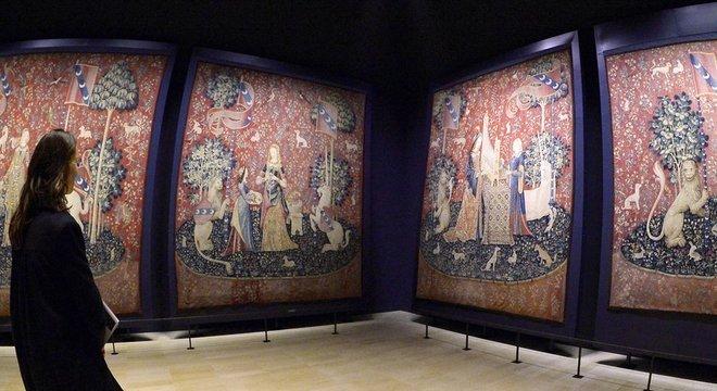 Um elegante unicórnio branco aparece em todas as seis requintadas peças do conjunto 'A dama e o unicórnio'