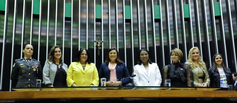 A ministra Damares Alves durante homenagem às mulheres na Câmara