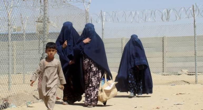 Mesmo após 20 anos da intervenção dos EUA, afegãs seguem na miséria e sem escolaridade