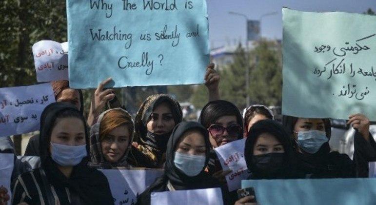 Mulheres protestam por seus direitos em Cabul no dia 8 de setembro