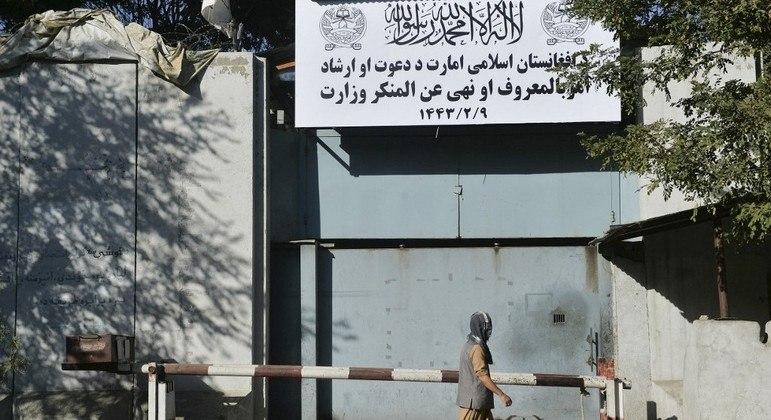 Talibã aplicou políticas fundamentalistas por meio do Ministério da Propagação da Virtude nos anos 90