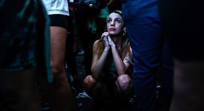 Mulheres têm feito vigília em frente ao Congresso Nacional, em Buenos Aires, pela aprovação do projeto de lei