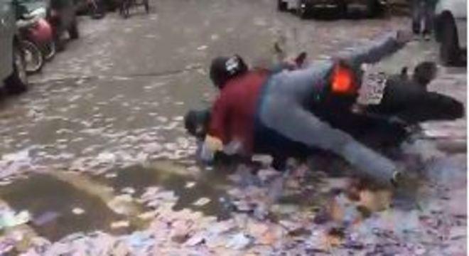 Vídeo registra a queda de motociclistas em santinhos no interior de SP