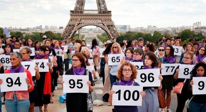 Mulheres carregam números para representar os 101 feminicídios só neste ano