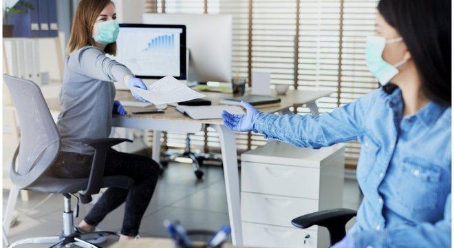 Uso de máscara é recomendado a todo momento dentro do escritório