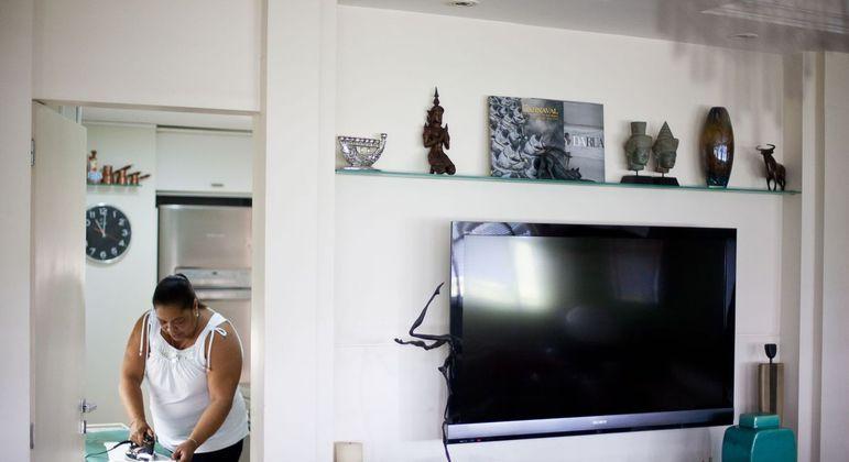 Mulheres se dedicam aos afazeres domésticos quase o dobro de tempo dos homens