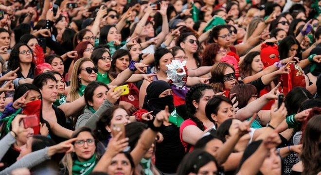 Mulheres em Santiago do Chile fazem a coreografia de 'um estuprador em seu caminho'