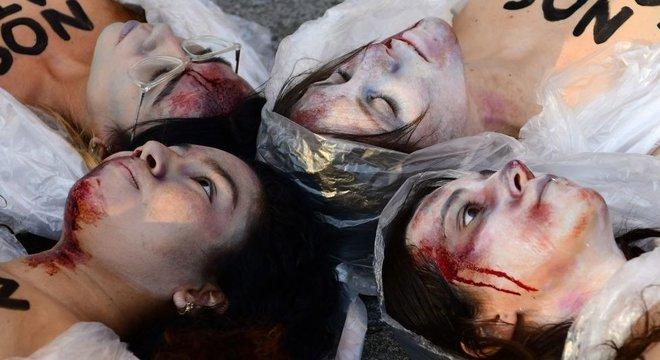 Mulheres na Espanha simulam cadáveres em protesto contra as taxas altas de feminicídio