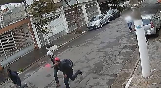 Câmera mostrou os três assaltantes fugindo das mulheres