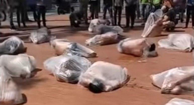 Vídeo distribuído na internet, que seria de mulheres mortas pelo Talibã
