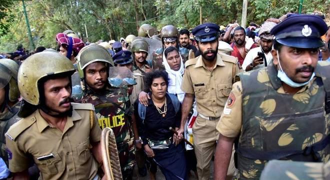 As duas mulheres foram escoltadas pela polícia para sair de templo na Índia