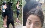 Um trio de mulheres viveu momentos de terror diante de um urso-negro (Ursus americanus), durante visita aoParque Ecológico Chipinque, emNuevo León, no México. Apesar da tensão, uma delas decidiu eternizar o momento com uma selfie