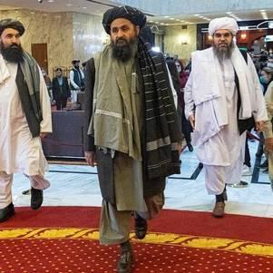 Mullah Abdul Ghani Baradar, vice-líder e negociador do Talibã (ao centro, à frente)