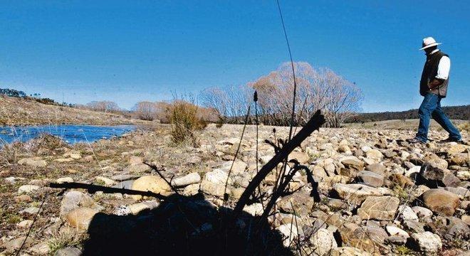 A Fazenda Natural de Mulloon Creek Natural Farm em 2005, antes dos métodos trazerem à vida a vegetação do córrego