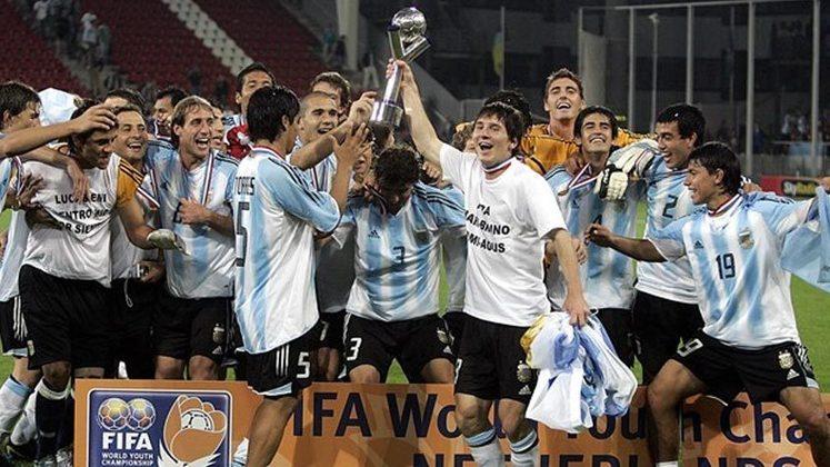 Mundial Sub-20 Holanda - 2005: O primeiro torneio em que a Argentina contou com Messi foi no Mundial Sub-20, disputado na Holanda. Mesmo jovem, ele foi o cara da Albiceleste na competição, marcando seis gols (um contra o Brasil, na semifinal, e dois contra a Nigéria na final). Messi foi eleito o melhor jogador da decisão e ainda faturou a Bola de Ouro do torneio.