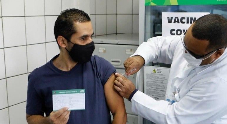 Diadema (SP)  antecipa vacinação e imuniza pessoas com 42 e 43 anos nesta quarta (23)