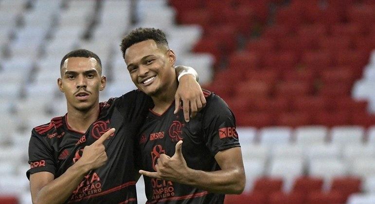 Rodrigo Muniz comemora um de seus gols na vitória do Flamengo