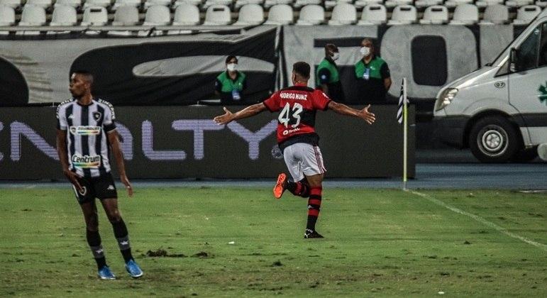 Rodrigo Muniz comemora gol do Flamengo no clássico com o Botafogo