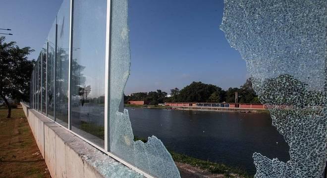 Muro de vidro da USP amanhece quebrado nesta terça (24)