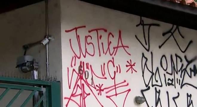 Muro de condomínio foi pichado