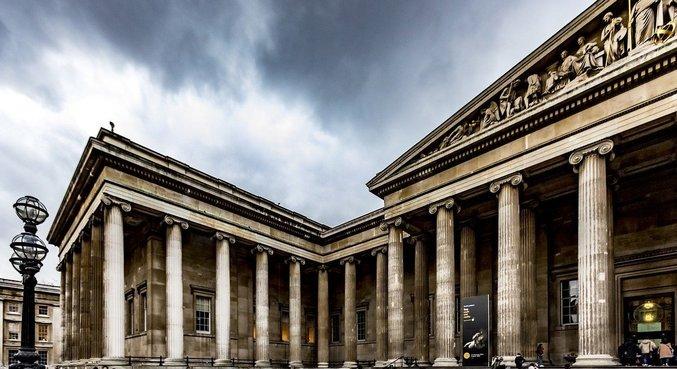 Pessoas se direcionam ao Museu Britânico, localizado em Londres