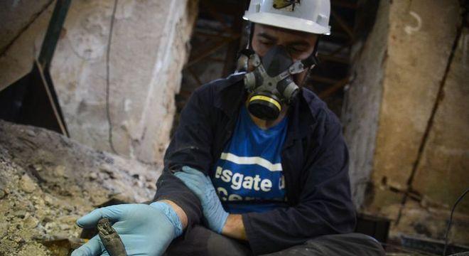 Doutorando em Arqueologia resgata fragmentos ósseos um ano após o incêndio