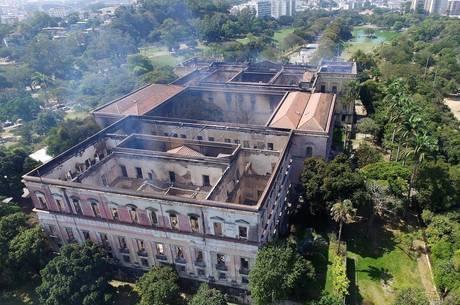 Prédio histórico foi destruído por chamas