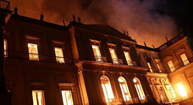 Museu Nacional do Rio pegou fogo e quase todo o acervo foi perdido