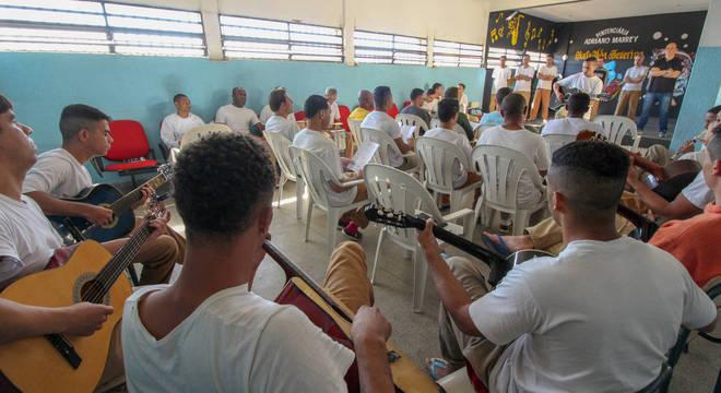 Grupo ensaia uma das músicas que serão apresentadas em evento no presídio de Guarulhos