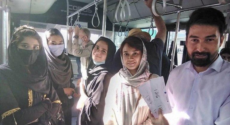 Músicos afegãos fogem do Talibã e embarcam para Qatar