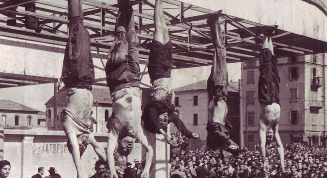 Mussolini e sua mulher, Clara Petacci, num posto de gasolina o fim do Fascismo