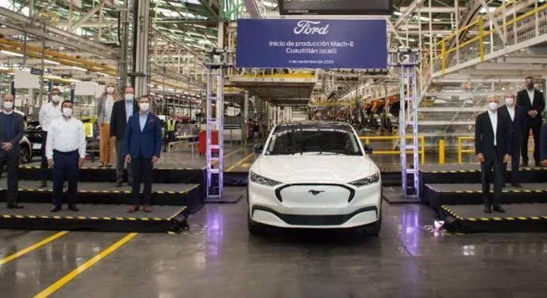 Falta de peças eletrônicas levou a Ford a uma decisão estratégica de priorizar a manufatura do Mustang Mach-E