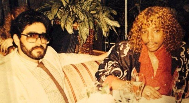 Os narcotraficantes da época compartilhavam o ambiente com artistas e políticos. Na foto, o traficante Nelson Aguilar aparece com o cantor Rick James