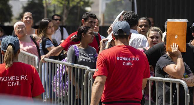 Calor excessivo e grandes filas marcaram a espera de candidatos no mutirão