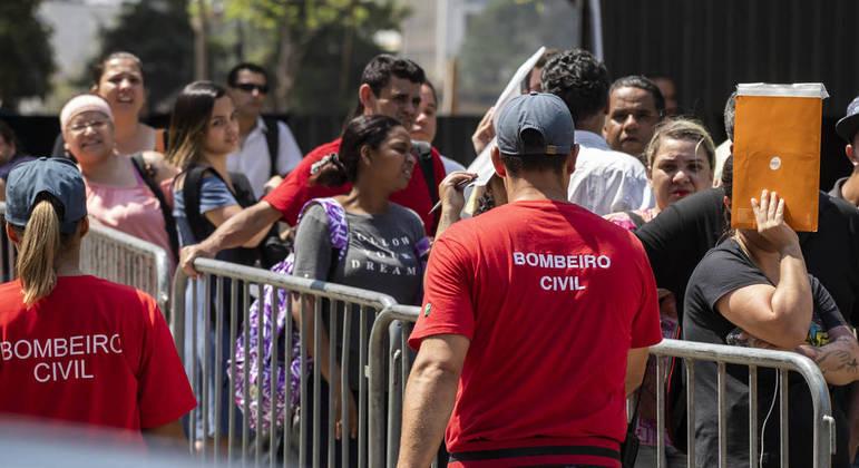 Mutirão do emprego reúne milhares de trabalhadores no Vale do Anhangabaú, em São Paulo