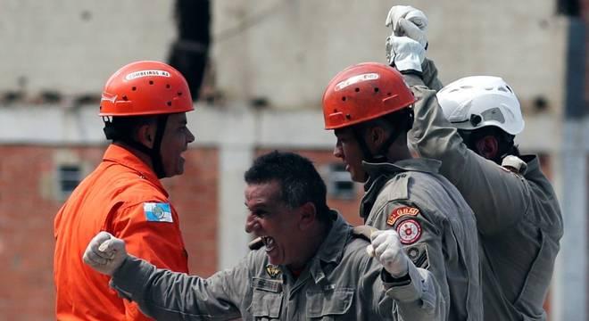 Equipes de resgate tiraram vítima dos escombros de prédio que desabou no RJ
