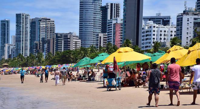 Praias cheias e muita gente sem máscara curtindo o feriado prolongado