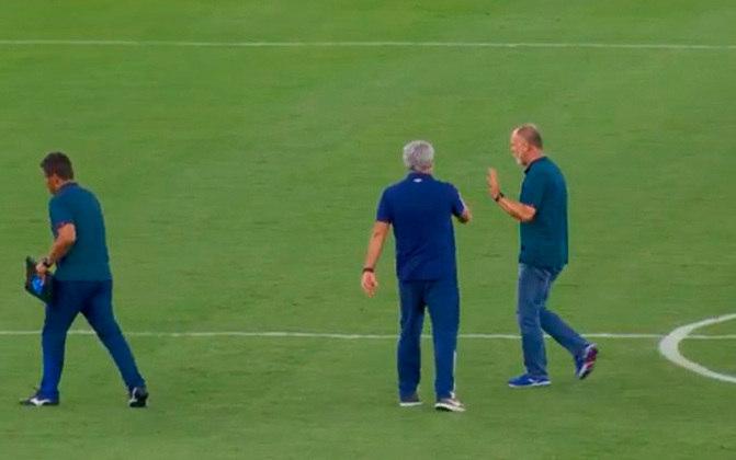Na 15ª rodada do Brasileirão 2020, o técnico do Bahia, Mano Menezes, se recusou a cumprimentar Odair Hellmann, comandante do Fluminense. Mano não gostou das decisões da arbitragem na partida e descontou no colega de profissão. Baseando-se nessa situação, relembre outros casos semelhantes: